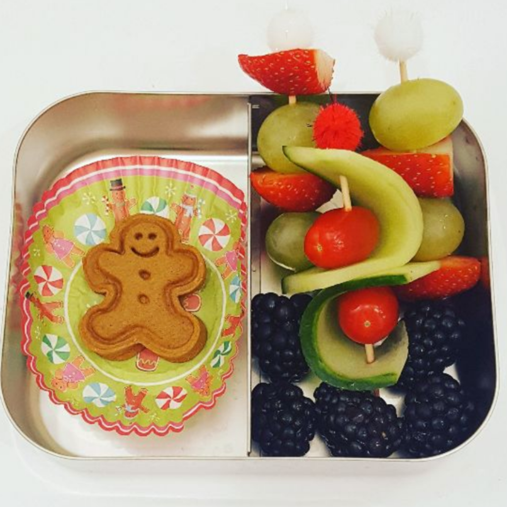 Skewer with cucumber and red cheery tomatoes in a kids snack box. Teuko lunchbox community.