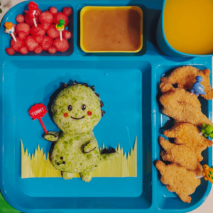 Kids bento lunchbox shared on Teuko.com the online community for moms and dads who pack lunch for the kids. A cute green dinosaur and watermelon bubbles.
