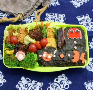 Bento lunch box for kids shared on Teuko.com the lunchbox community. Pac-man video game.